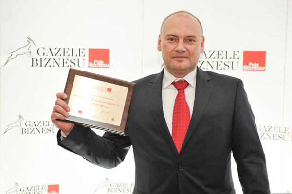Pamiątkowy dyplom podczas regionalnej gali w Łodzi odebrał Dyrektor Generalny firmy OPTOMER Maciej Lewandowski (fot. Puls Biznesu).